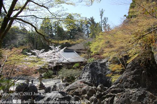 石山寺境内と硅灰石の奇岩