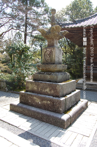 石山寺の宝篋印塔