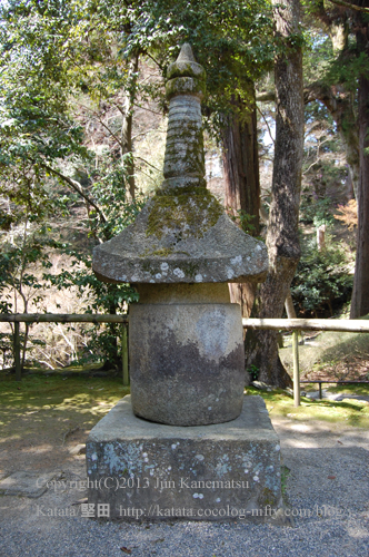 石山寺のめかくし石(平安時代の石塔)