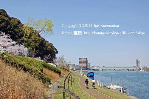 瀬田川の川べりにて(京阪電車石山寺駅付近)