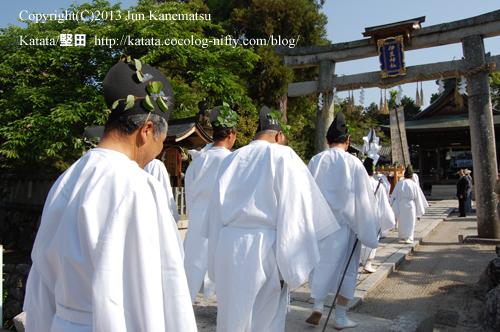 伊豆神社で氏子の皆さんの出迎え(2013年献撰供御人行列-4)