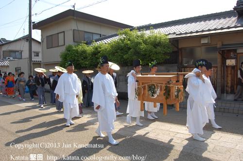 鮒を入れた木箱にも、カモアオイの紋(2013年献撰供御人行列-6)