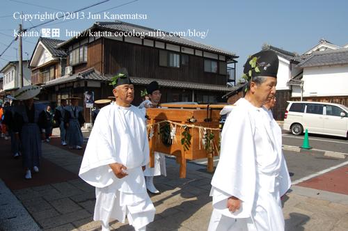 伊豆神社脇、土蔵と町屋のある町並み(2013年献撰供御人行列-8)