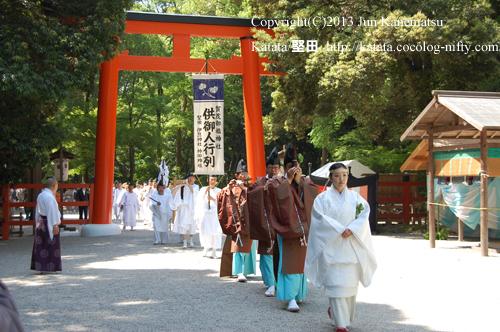 下鴨神社の鳥居をくぐって神職のお出迎えを受ける(2013年献撰供御人行列-14)