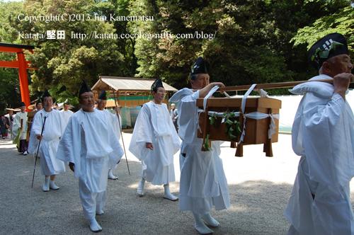 下鴨神社の境内を運ばれていく献上品の鮒寿司(2013年献撰供御人行列-15)
