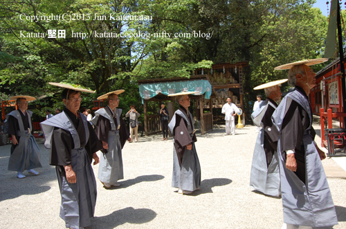 下鴨神社の楼門前、行列は粛々と進む(2013年献撰供御人行列-16)
