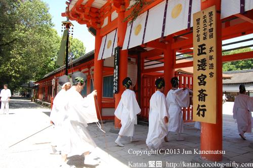 朱塗りの美しい楼門をくぐる(2013年献撰供御人行列-17)