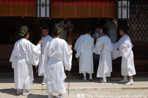下鴨神社本殿にて、神事の始まる前(2013年献撰供御人行列-18)