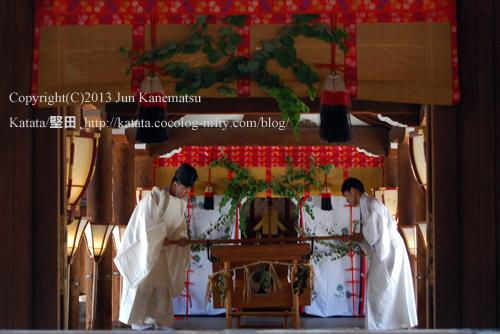 下鴨神社本殿にて、堅田から運んできた鮒を神前に供える様子(2013年献撰供御人行列-19)