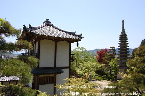 西応寺庫裡と十三重石塔
