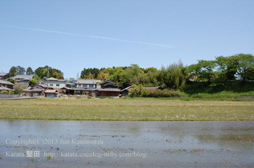 菩提寺の町並みと、水を張った田んぼ