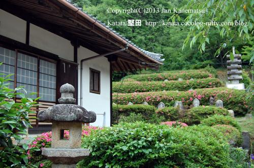 正福寺の石仏とツツジー2(滋賀県湖南市)