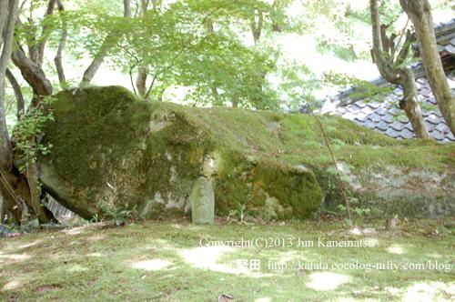 太子の説法岩の裏側に、小さな石仏