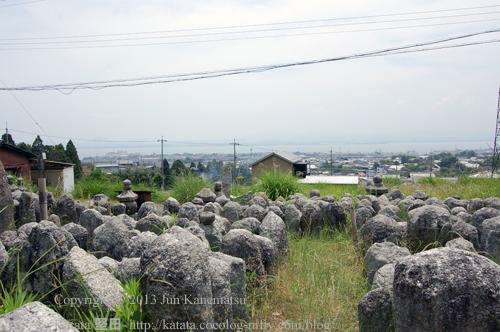 八講堂千体地蔵-2(地蔵の背中と琵琶湖)