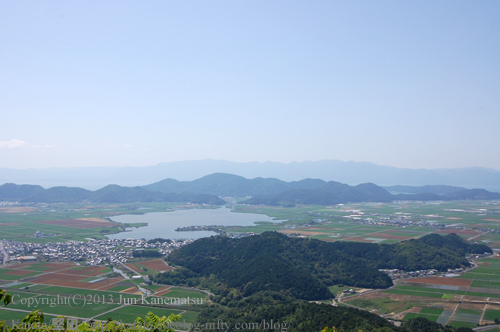 繖山(観音寺山)の上から撮影した安土山、西の湖、長命寺山