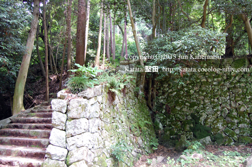 長命寺の石段の途中で見た石垣