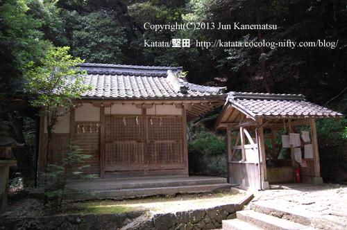 圓山神社の手水舎と神庫(近江八幡市円山町)