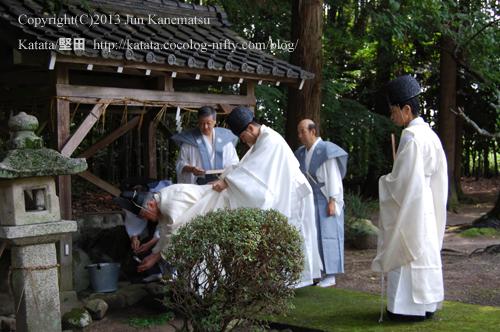 鞍掛神社例祭の始まる前-2(手水舎で手を洗う近江神宮の宮司さま)