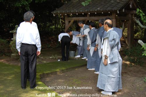 鞍掛神社例祭の始まる前-3(手水舎で手を洗う皆さん)