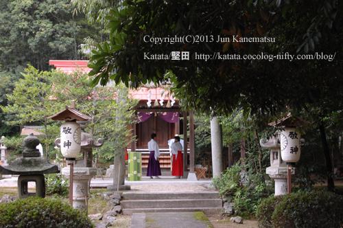 鞍掛神社例祭の始まる前-4(近江神宮の神職さんが打ち合わせ中)