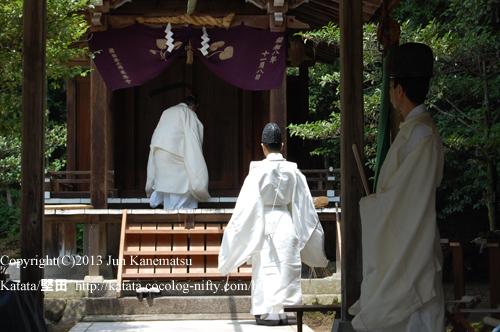 鞍掛神社本殿へ上がる近江神宮の宮司さま