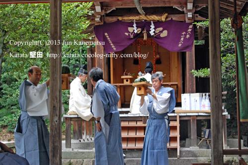 鞍掛神社本殿から献撰の供物を下げる様子(鞍掛神社例祭)