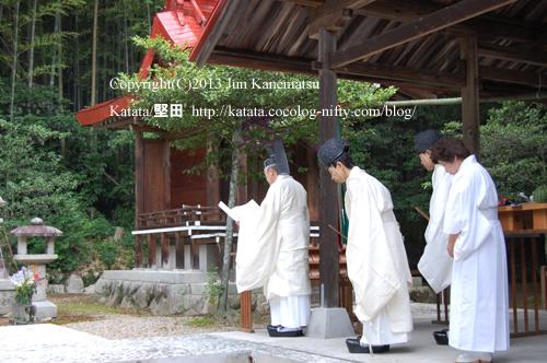 拝殿の屋根の下で例祭を行う近江神宮の宮司さま-2(鞍掛神社例祭にて)