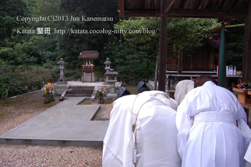 拝殿の屋根の下で例祭を行う近江神宮の宮司さま-4(鞍掛神社例祭にて)