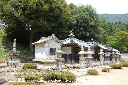 京極家墓所下段(高政、19代高次、24代高矩、25代高中、22代高豊の墓所)