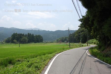 夏の田んぼと山に挟まれた一本道(滋賀県米原市柏原)