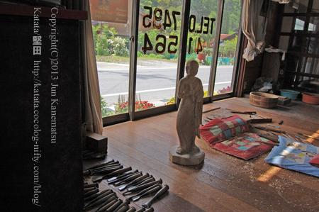 木彫りの里、上丹生-2(木彫りの像と彫刻刀)