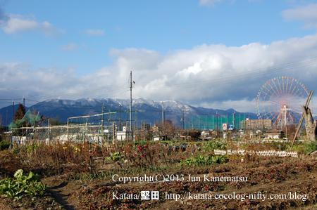 雪の比良山系と畑と観覧車(イーゴス108)