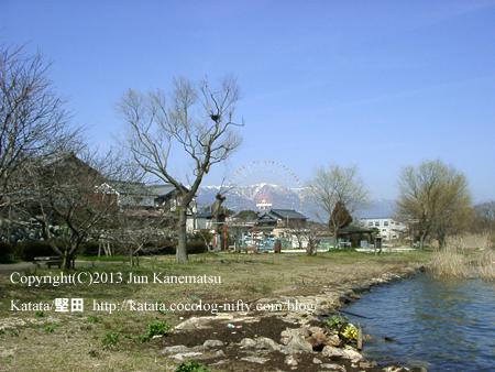 琵琶湖の畔で、雪の比良山系と新緑と観覧車(イーゴス108)