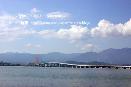 琵琶湖大橋の向こうに、観覧車(イーゴス108)