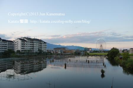 秋の夕暮れ、堅田内湖大橋の上から眺める風景と観覧車(イーゴス108)