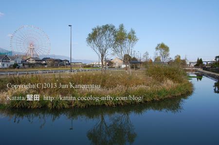 堅田内湖公園の向こうに、観覧車(イーゴス108)