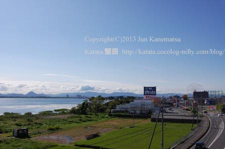 小野駅前の風景(三上山と琵琶湖、国道161号線)