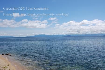 秋の澄み切った青空と琵琶湖