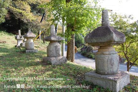 田中神社の石造宝塔数基(高島市安曇川町)