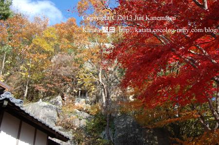 岩戸山十三仏のお堂と巨岩