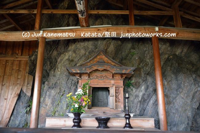 岩脇山の岩屋善光堂内部